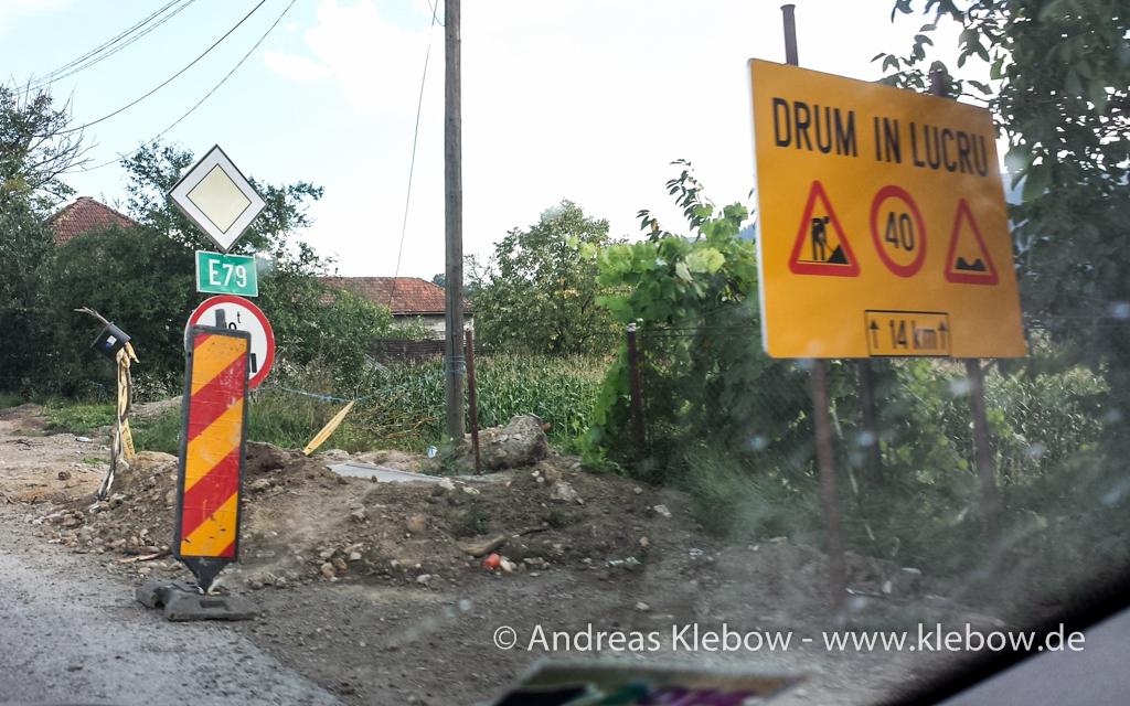 """""""DRUM IN LUCRU"""" heißt soviel wie """"Fahr um das Loch drum"""" mit 40km/h"""