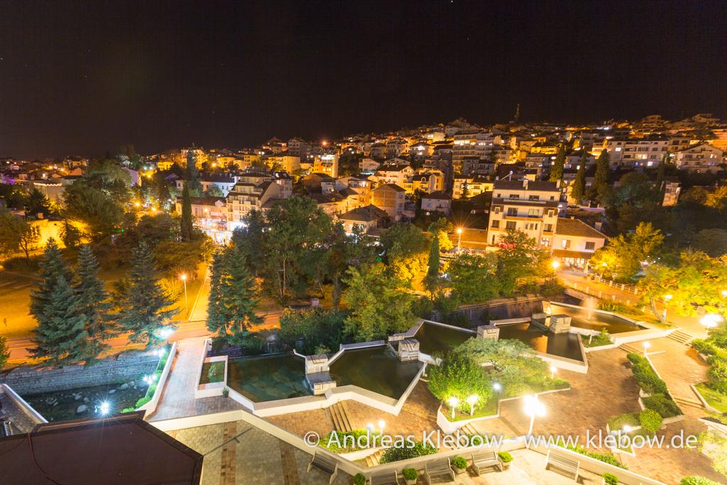 Blick auf den nächtlichen Boulevard in Sandanski, Bulgarien